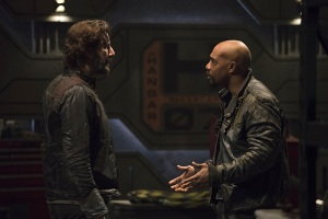 "The 100 -- ""Terms and Conditions"" -- Image HU308b_0001 -- Pictured (L-R): Henry Ian Cusick as Kane and Michael Beach as Pike -- Credit: Katie Yu/The CW -- © 2016 The CW Network, LLC. All Rights Reserved"